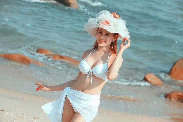 Đi biển là không thể không thiếu  những bộ cánh bikini 'thần thánh'