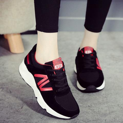 Giày sneaker nứ