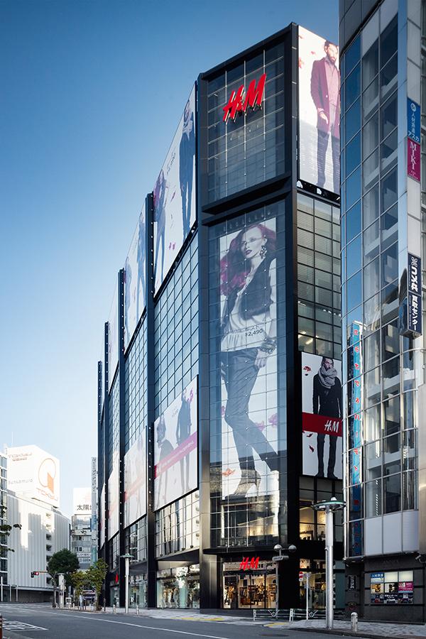 H&M tuyên bố sẽ giới thiệu nhiều loại thời trang có xu hướng mới nhất và giá cả phải chăng. Khách hàng cũng sẽ có cơ hội mua được những sản phẩm có giá tốt, chất lượng cao tại cửa hàng đầu tiên này.