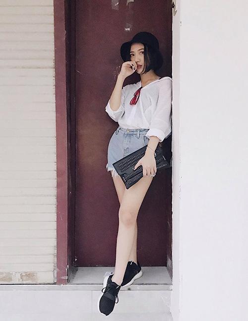 Trang Cherry khoe style của mình với chiếc quần bò short ngắn và áo sơ mi màu trắng thanh khiết