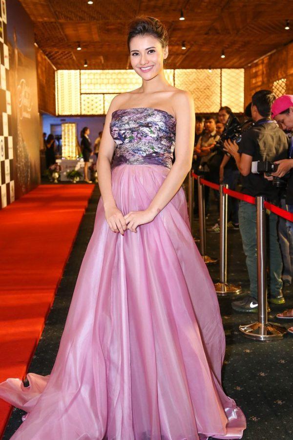 hồng quế diện trang phục bà bầu
