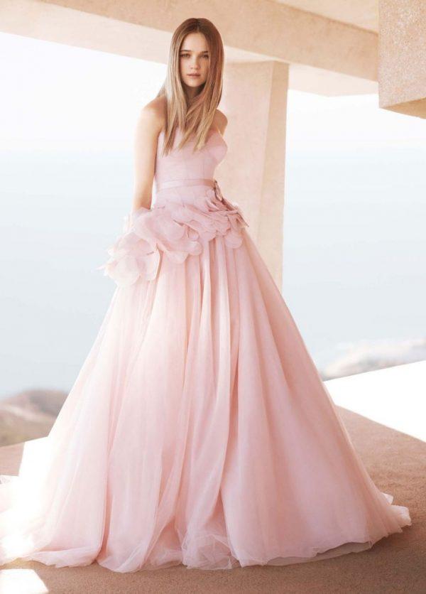 Xu hướng váy cưới màu hồng đốn tim cô dâu lựa chọn