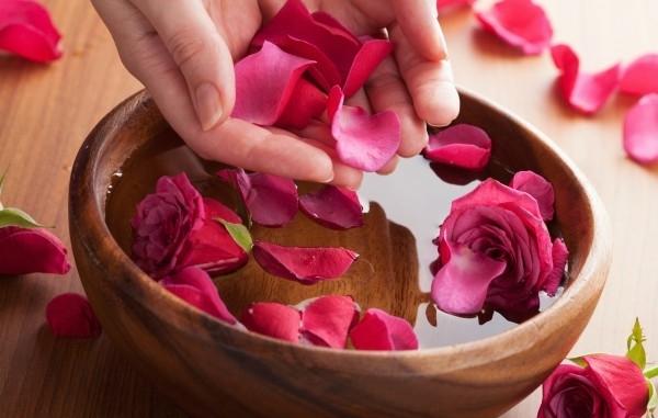 Cách xông hơi mặt tại nhà bằng cánh hoa hồng
