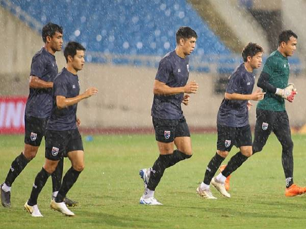 ĐT Thái Lan tập luyện làm quen sân Mỹ Đình dưới mưa